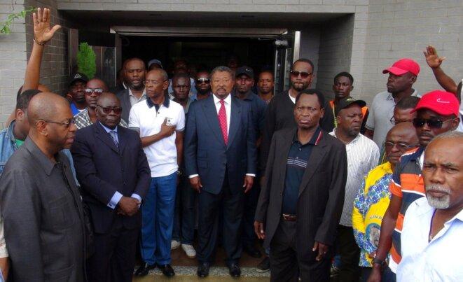 Jean Ping (au centre), rival d'Ali Bongo, dimanche, au lendemain du scrutin. © Reuters
