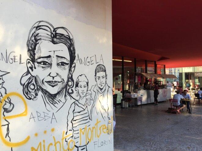 Le théâtre a rouvert ainsi que la cafétéria. Sous cet auvent rouge, les familles Roms ont passé plusieurs nuits du mois d'août, dans des tentes ou sans.Sur le mur : une partie de la fresque de Damien Roudeau. © Gilles Walusinski