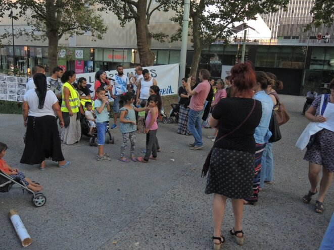 Les familles Roms et leurs soutiens informent les montreuillois sur la situation © Gilles Walusinski
