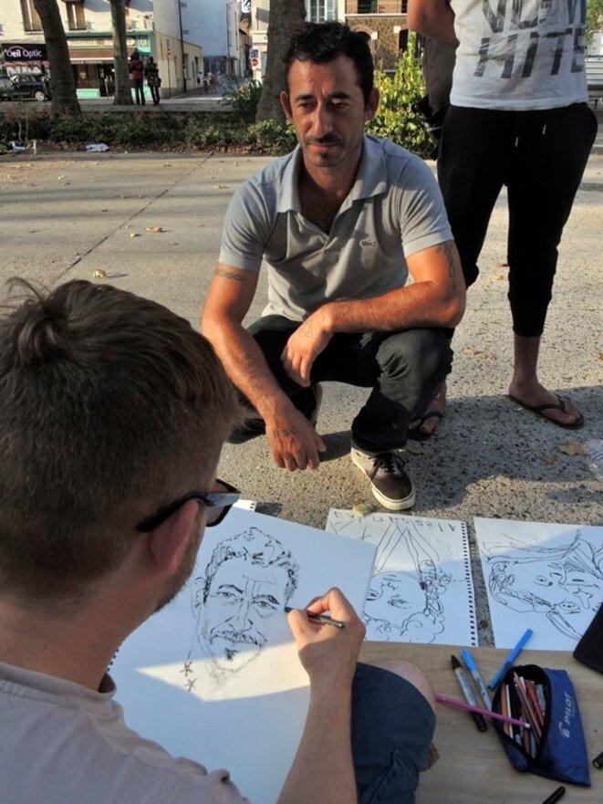 Damien Roudeau, portraitiste. Rassemblement en soutien des familles Roms expulsées. Montreuil août 2016 © Gilles Walusinski