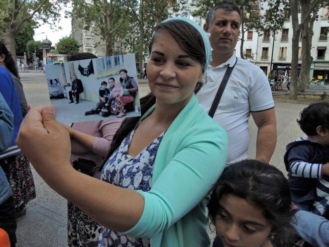 Liliana Hristache, présidente de Rom réussite, montre la photographie du bâtiment du 250 boulevard de la Boissière d'où les familles ont été expulsées © Gilles Walusinski