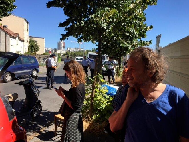 Derrière le mur, un terrain de l'office HLM laissé vide depuis 2012. La police déloge le petit groupe des soutiens qui ont tenté de l'occuper. © Gilles Walusinski