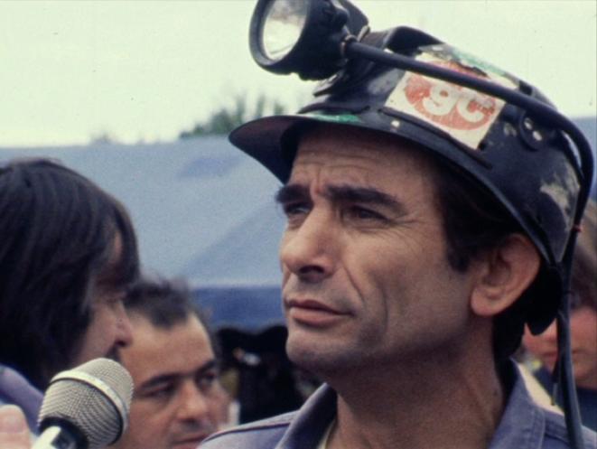 Un mineur du Gard interrogé dans les allées de la fête 1981. Coll. Ciné-Archives