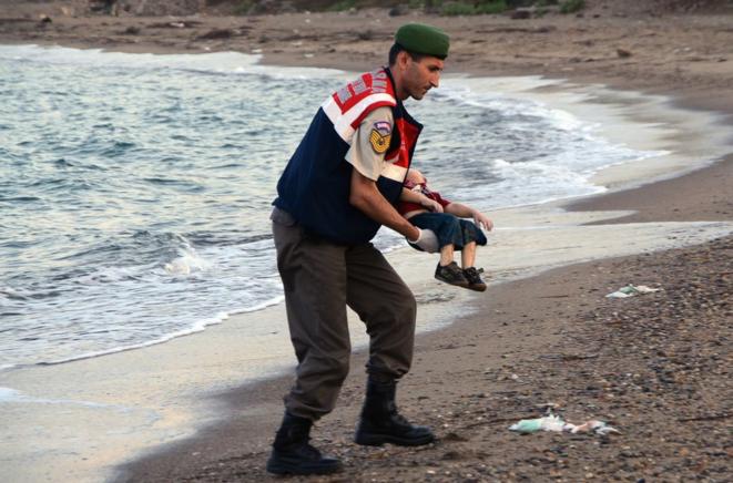 Le corps échoué d'un enfant de 3 ans retrouvé près de Bodrum en Turquie, le 2 septembre 2015. © AP