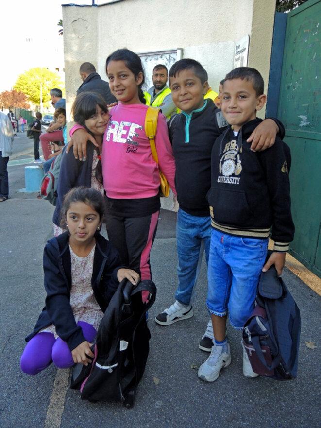 Geanina, Denissa, Diana, Ionut et Elvis devant les portes de l'école le jour de la rentrée. Montreuil septembre 2016 © Gilles Walusinski