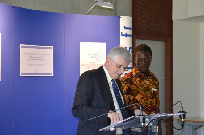 8 juillet 2016. Le Recteur de l'Académie de Nantes remet le prix de l'éducation à Mohamed Zampou.