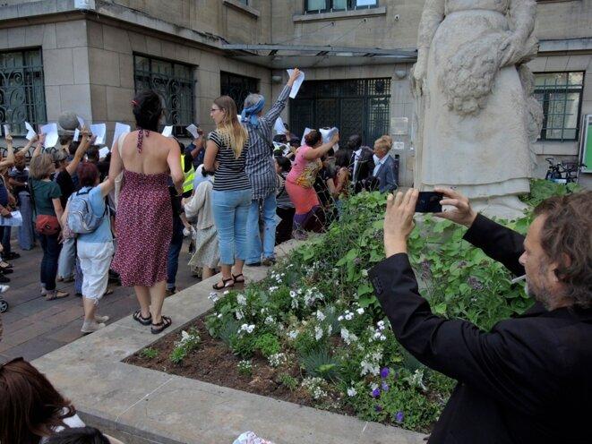 Montreuil, fête de la Libération le 3 septembre 2016. Les familles Roms expulsées et leurs soutiens manifestent leur exaspération devant le porte close de la mairie. © Gilles Walusinski