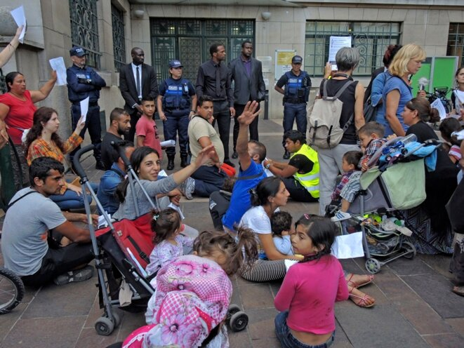 Montreuil, fête de la Libération le 3 septembre 2016. Les familles Roms expulsées et leurs soutiens manifestent leur exaspération devant la porte close de la mairie. © Gilles Walusinski