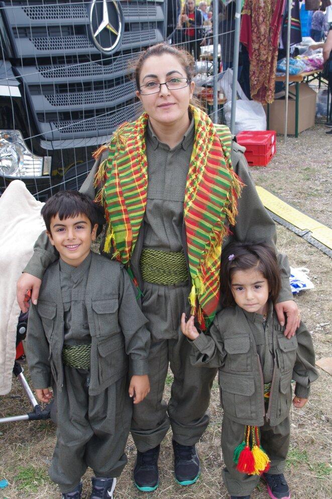 Les Kurdes sont venus aux festival en famille portant parfois des habits traditionnels, certains inspirés de la guérilla kurde des HPG (Forces de défenses du Peuple affilié au PKK), les mêmes qu'on peut voir lors des fêtes annuelles de Newroz (nouvel an kurde)