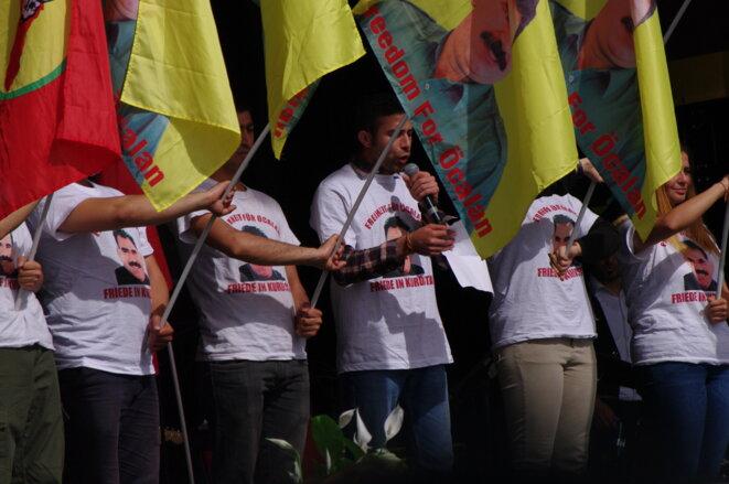 Les marcheurs pour la libération d'Öcalan, qui se déplacent à travers l'Europe, furent à l'honneur à la tribune après avoir été acclamés par la foule dès leur arrivée.