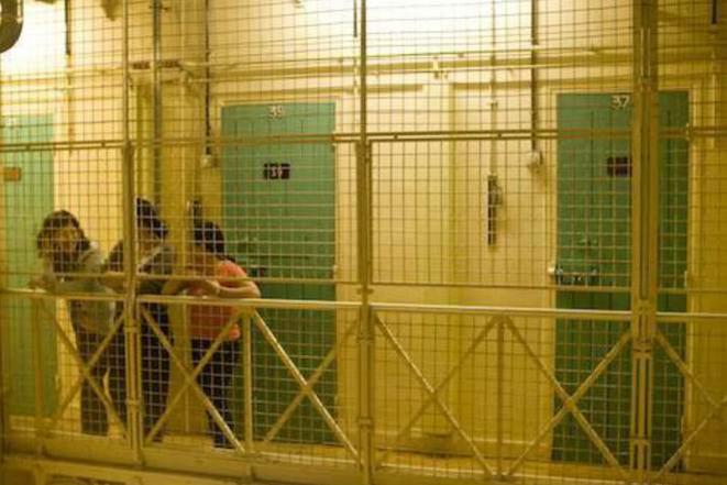 Au dépôt, à Paris, centre de rétention réservé aux femmes, en avril 2008. © Nicolas-François Mison