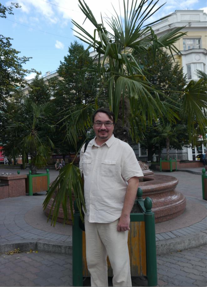 Alexandre Kolotov, écologiste et candidat à la Douma d'Etat, devant les fameux palmiers venus de Sotchi