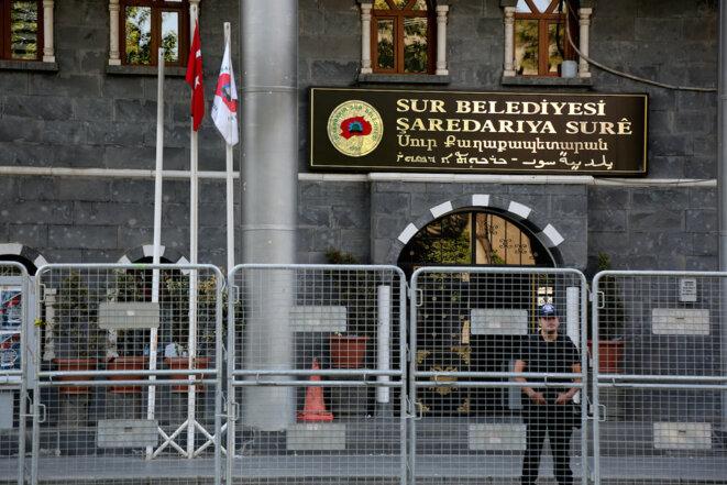 La mairie de Diyarbakir sous surveillance, dimanche 11 septembre, après la destitution du maire. © REUTERS/Sertac Kayar