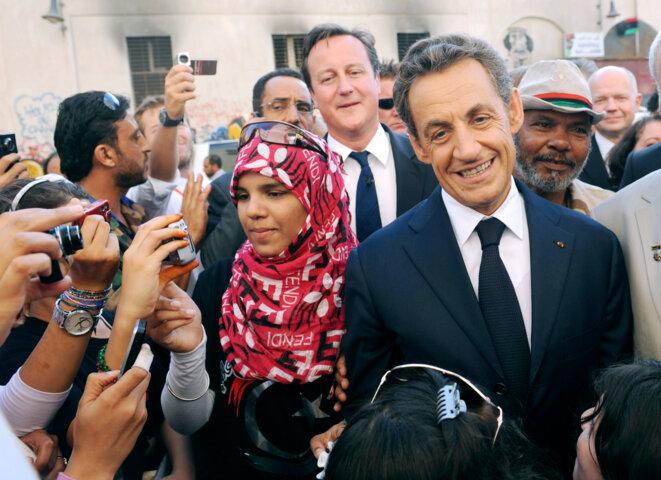 Nicolas Sarkozy et David Cameron (en second plan), à Benghazi, en Libye. © Reuters