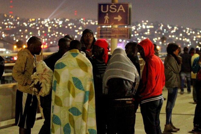 Des migrants haïtiens attendent d'entrer aux États-Unis, via Tijuana, le 15 juillet 2016 © Reuters
