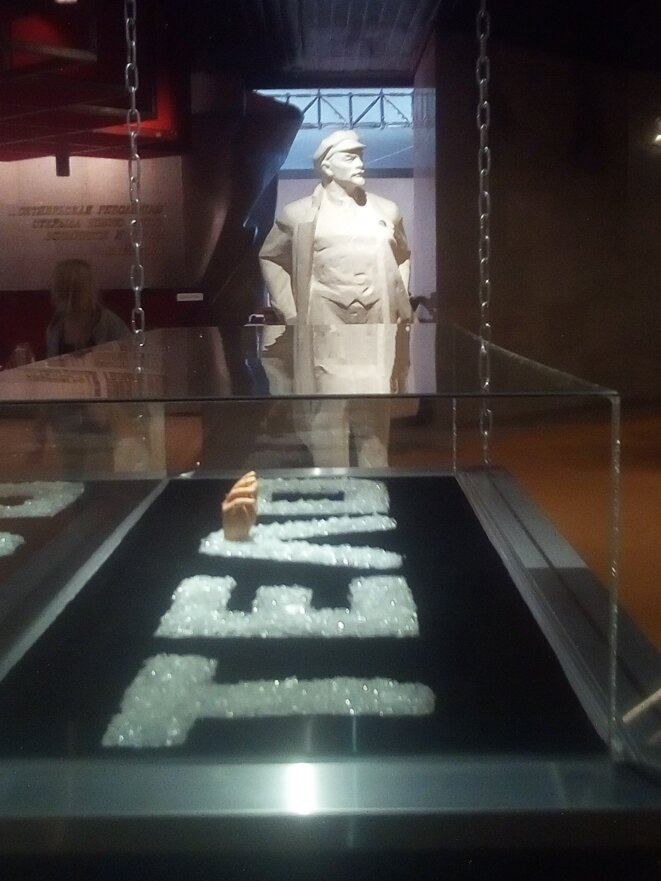 Un cercueil en cristal, vide, rempli de brillants avec cette inscription « Telo » (corps) © A.D.