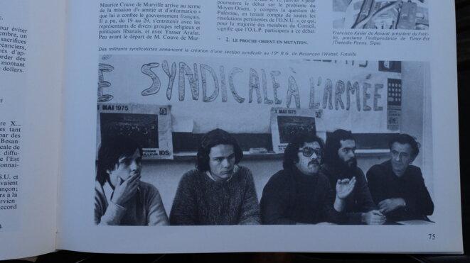 A droite sur la photo, Gérard Jussiaux (barbu) et Charles Piaget, leader emblématique de la lutte des LIP [Photo parue dans Universalia 1976, supplément à l'Encyclopaedia Universalis]