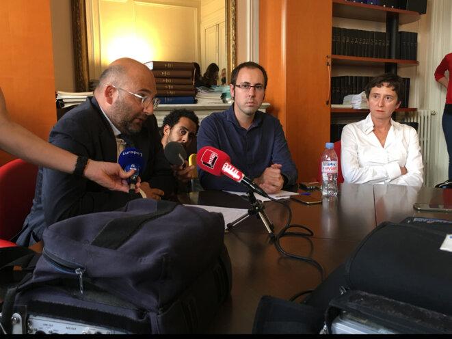 De gauche à droite : Me Slim Ben Achour, Guillaume Vadot et Johanna Siméant, sa directrice de thèse © CG