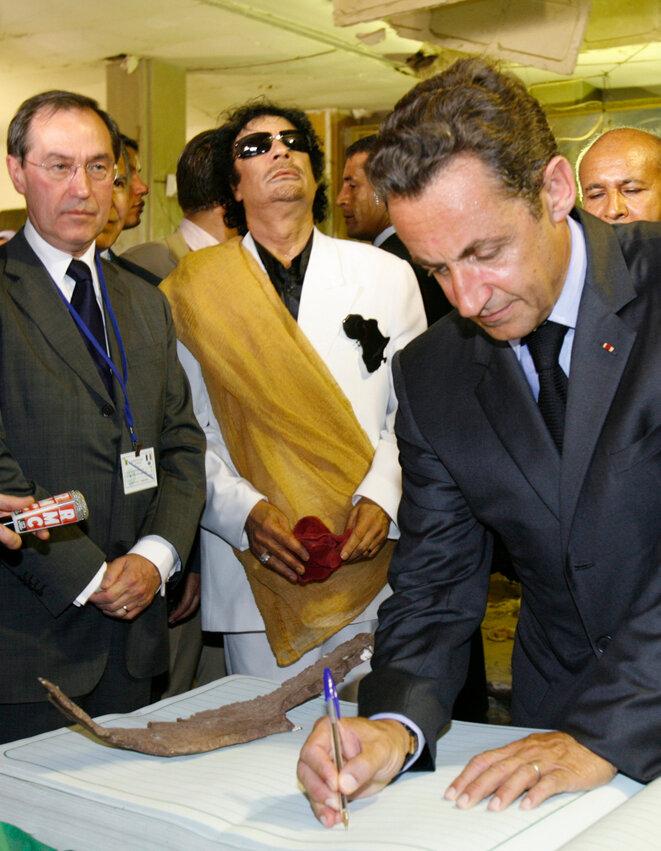 Claude Guéant, Mouammar Kadhafi et Nicolas Sarkozy, en juillet 2007, à Tripoli, en Libye. © Reuters