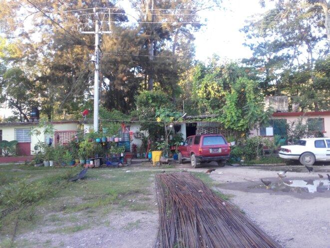 Potager et garage, à l'école d'Ayotzinapa © Clément Detry