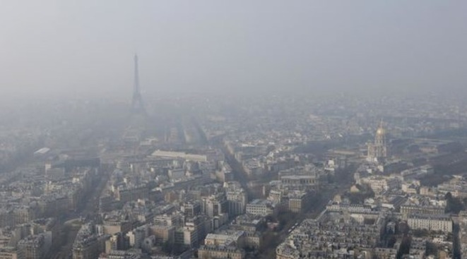 A smoggy Paris on March 18th, 2015. © Gonzalo Fuentes/Reuters