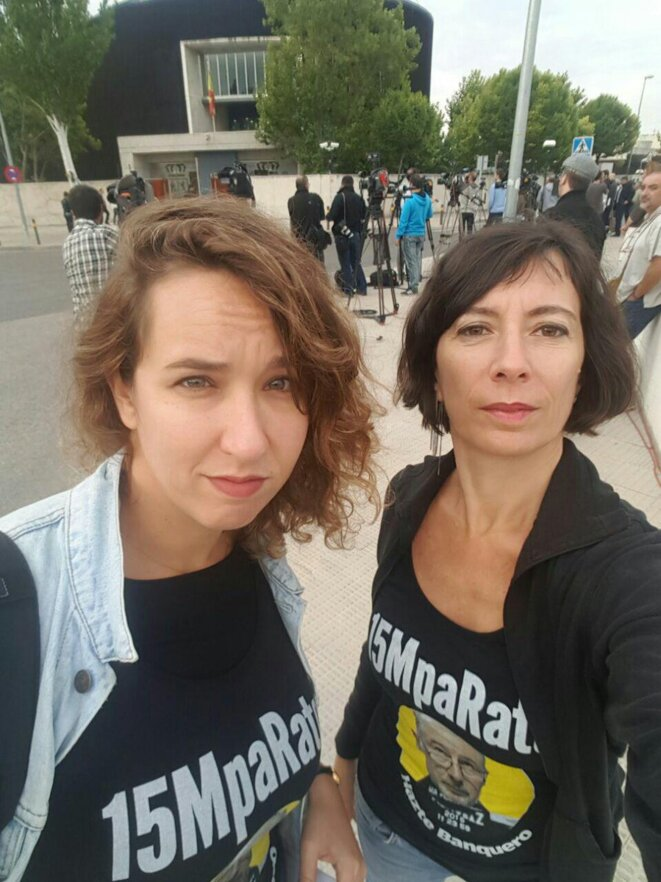 Metteuse en scène et citoyenne active au sein du collectif 15MpaRato, Simona Levi (ici à droite) est à l'origine du Parti X, de sa commission anticorruption et de sa boîte mail Xnet (par laquelle sont arrivés les documents en lien avec Caja Madrid). Elle a tenu à être présente dès le début du procès des tarjetas black. Sa prochaine pièce, Hazte banquero, raconte l'histoire des tarjetas black vécue de l'intérieur. © 15MpaRato