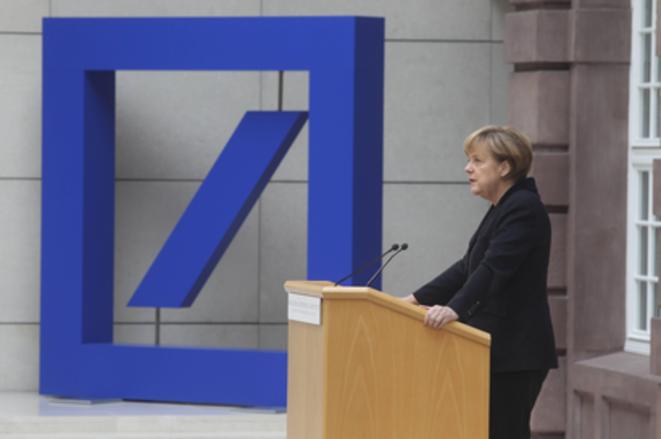 Angela Merkel en la sede de Deutsche Bank en 2014. © Handelsblatt
