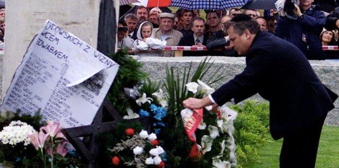 En 2001, à Jedwabne, Aleksander Kwaśniewski, alors président, prononce les premières excuses officielles au nom de l'État polonais © Reuters