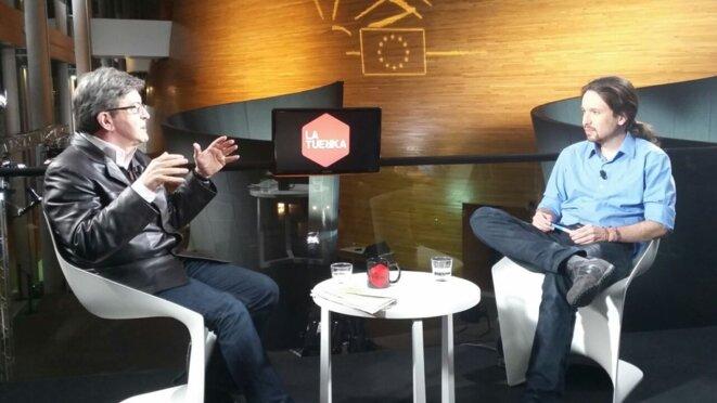 """Jean-Luc Mélenchon interviewé par Pablo Iglesias pour l'émission """"Otra vuelta de Tuerka"""" en février 2015. © commons.wikipedia.org"""
