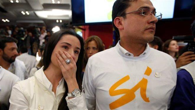Partidarios del sí al descubrir el resultado del plebiscito la noche del domingo 2 de octubre. © Reuters