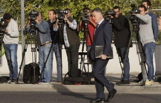 Alberto López Viejo, ancien député (PP) du gouvernement régional madrilène, se joignant mercredi aux 101 autres accusés faisant la queue devant le Tribunal © Juan Carlos Hidalgo (EFE)
