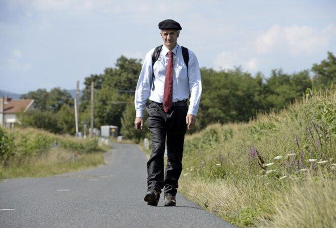 Jean Lassalle lors de sa marche à travers la France, dans le Beaujolais, en août 2013.