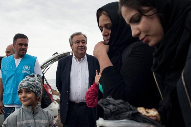 Antonio Guterres rend visite à des réfugiés à Lesbos (Grèce), le 11 octobre 2015. © Reuters