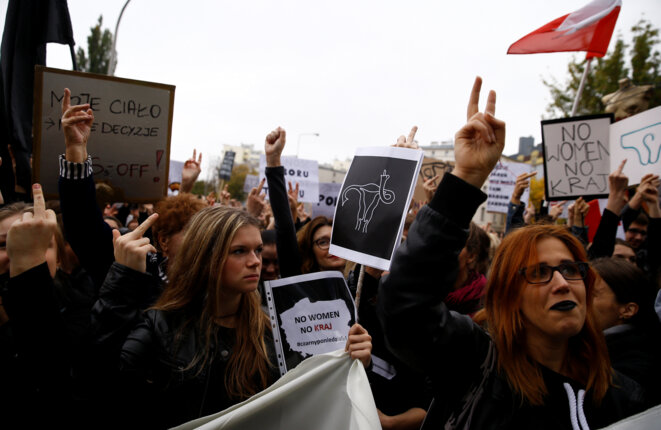 Manifestation contre l'interdiction de l'avortement, lundi 3 octobre, à Varsovie © Reuters