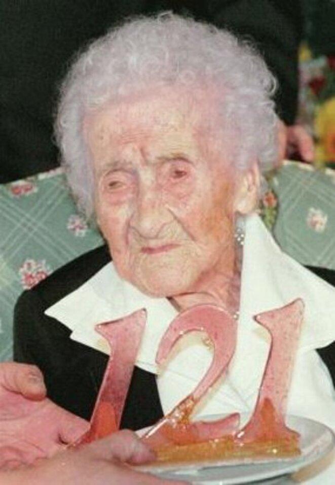 Jeanne Calment fêtant ses 121 ans, en 1996 © DR