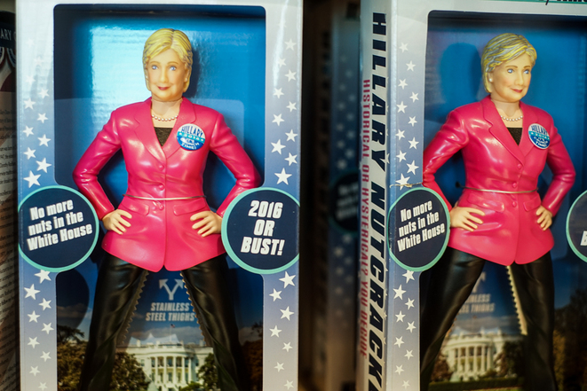 La figurine « Hillary la casseuse de noix, plus une seule noix à la Maison Blanche si elle est élue ». © Thomas Cantaloube