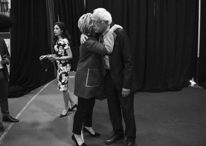 Hillary Clinton embrasse Bernie Sanders juste avant son premier débat contre Donald Trump. La jeune femme derrière est Huma Abedin.