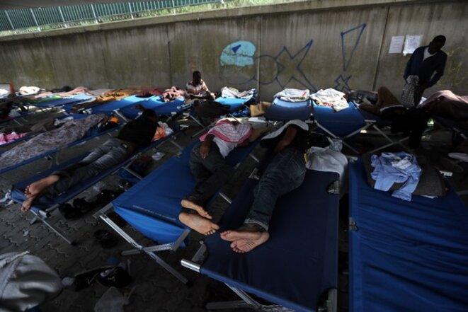 La Croix-Rouge n'a parfois pas d'autre choix que d'installer ses centres d'accueil sous les ponts, comme ici à Vintimille © AFP Archives