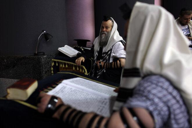 Le rabbin Shmuel Kaminezki assiste à une prière matinale dans la synagogue de la Rose d'Or, à Dnipro, le 8 septembre 2016. © Rafael Yaghobzadeh