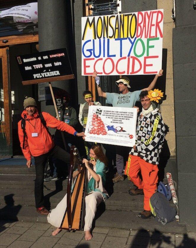 A l'entrée du tribunal dimanche : « Monsanto - Bayer, coupables d'écocide » © LL.