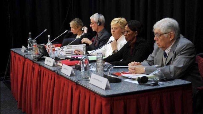 Les cinq juges du tribunal Monsanto, avec la Belge Françoise Tulkens au milieu. © TM / G. De Crop.