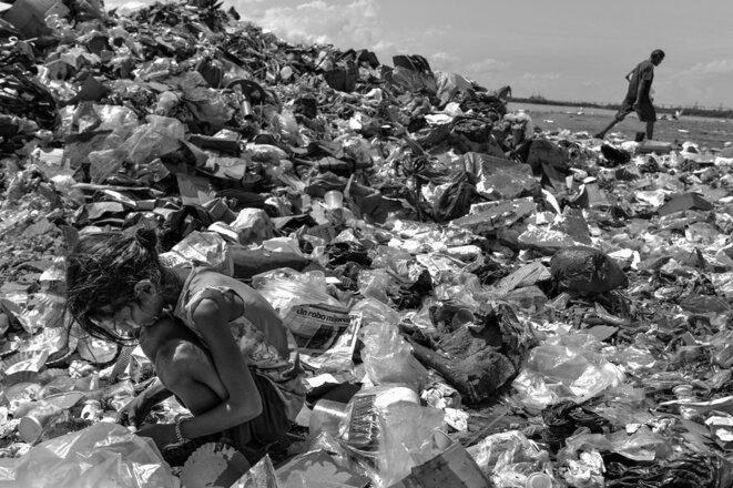 Cette petite fille fouille dans un dépotoir de Maracaibo pour trouver de la nourriture © Alessandro Falco/Al JAzeera