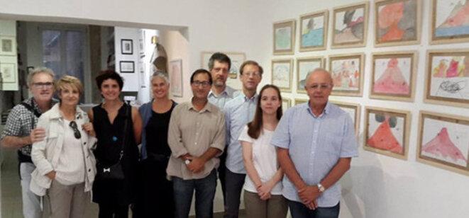 François Vertadier, directeur de la Galerie Polysémie (à l'extrême-droite sur la photo), pose avec l'équipe du psychiatre et psychothérapeute Giorgio Bedoni de l'ASST Melegnano e della Martesana. © TDR © TDR