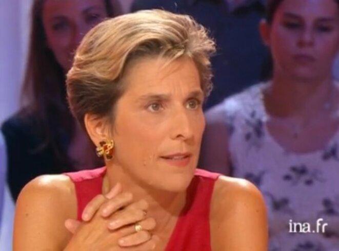 Marie-Noëlle Lienemann à la télévision en 2002, chez Thierry Ardisson. Elle vient alors de publier un livre bilan des années Jospin. © DR