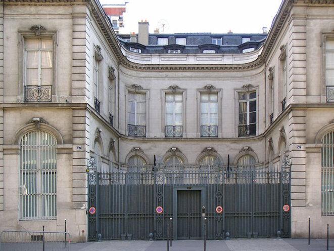 """Installé 57, rue de la Boétie, à Paris, l'Institut Wildenstein, """"centre de recherche en histoire de l'art"""" a été fondé en 1970 par Daniel Wildenstein. En janvier 2011, les policiers de l'Office central pour la lutte contre le trafic de biens cultuels y ont découvert, dans la salle des coffres, une trentaine d'œuvres déclarées disparues ou volées."""