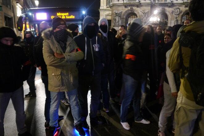 Une minorité de policiers ont défilé masqués lundi soir à Paris © LF
