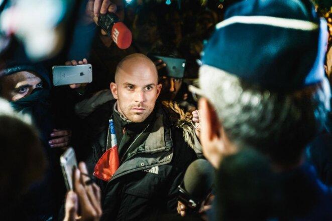 Rodolphe Schwartz en train de discuter avec un responsable de la police pour faire passer un message à Bernard Cazeneuve, jeudi, place de la République à Paris. Photo Simon Guillemin. Hans Lucas
