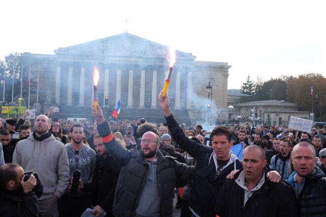 Manifestation non déclarée de policiers devant l'Assemblée nationale le 26 octobre 2016. © Loup Espargilière