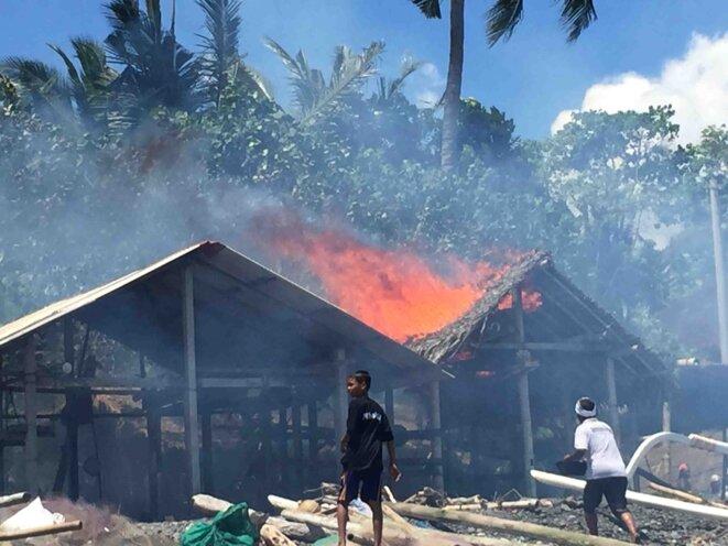 La grande hutte de pêcheur prend feu. © Claude Hudelot