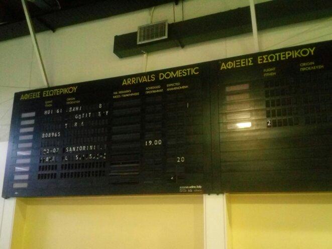 Le hall de l'ancien aéroport athénien d'Ellinoko, hébergeant désormais les bureaux d'une ONG au rez-de-chaussée. © Jocelyn Garcia